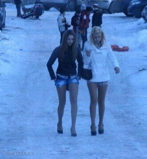 Chicas pilladas pasando frio en la calle