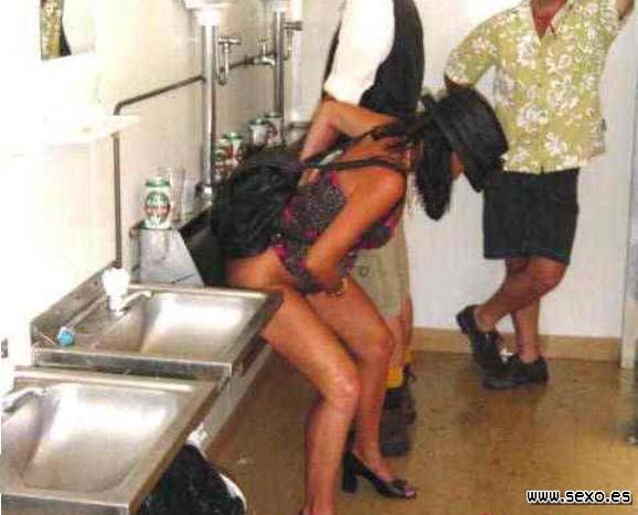 Una mujer borracha para su coche en mitad de la
