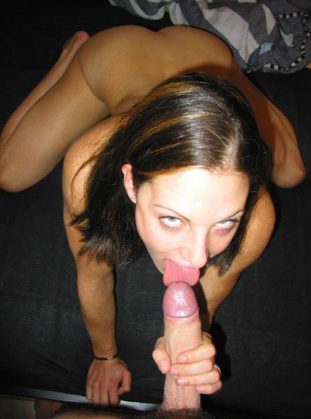 chicas chupando pollas con la punta la lengua