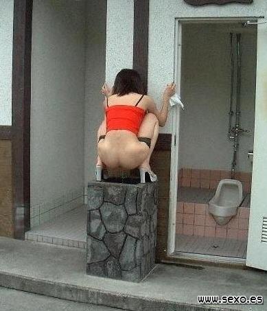 Chica lavandose el coño después de mear