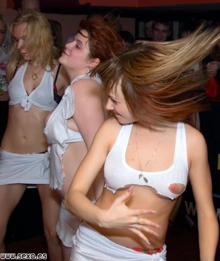 Fiesta loca, las chicas se desmelan y bailan con la ropa rota