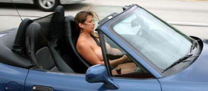 chica conduciendo en tetas